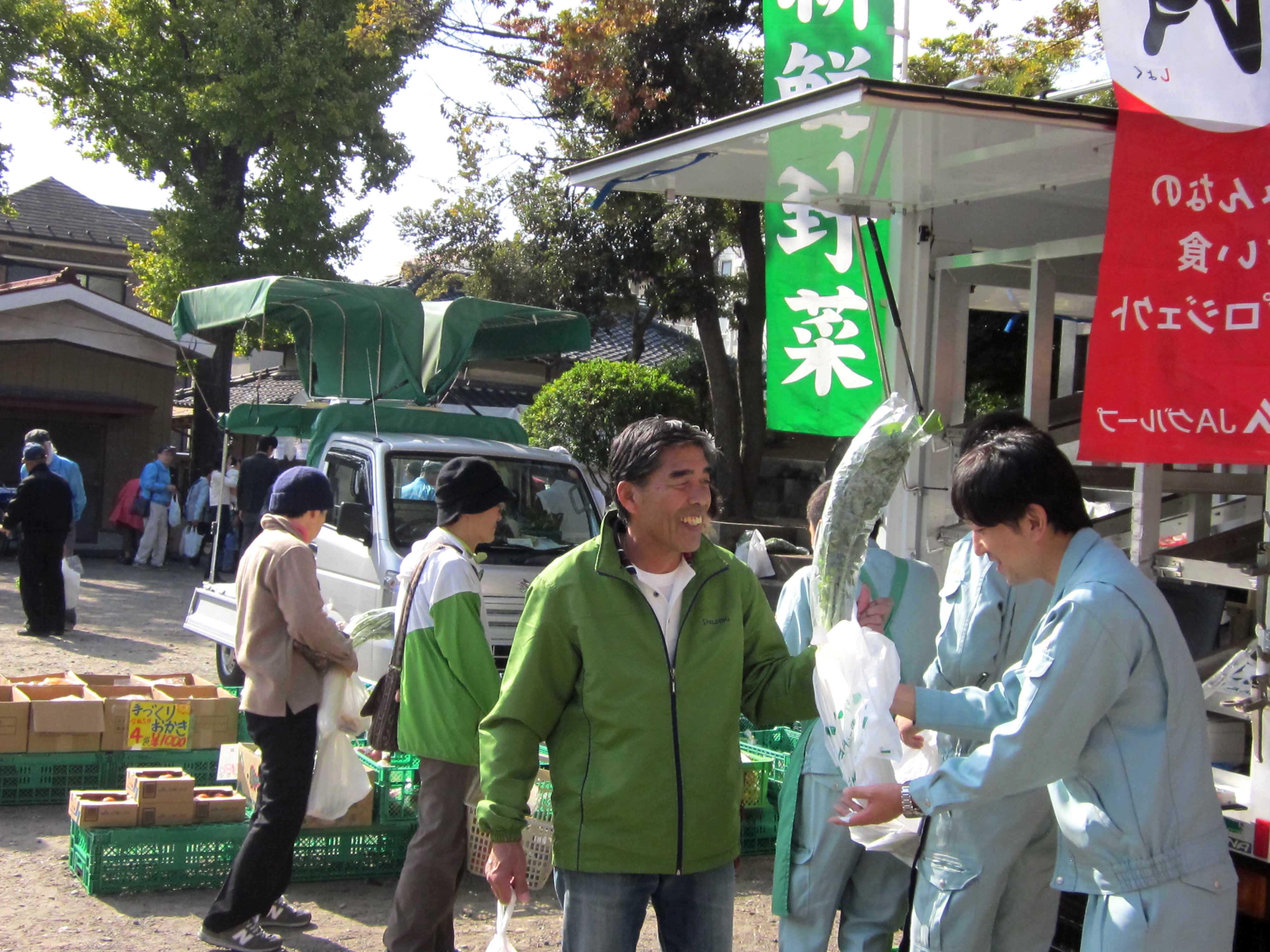七五三祈願祭で地元産の野菜を販売(谷塚支店)